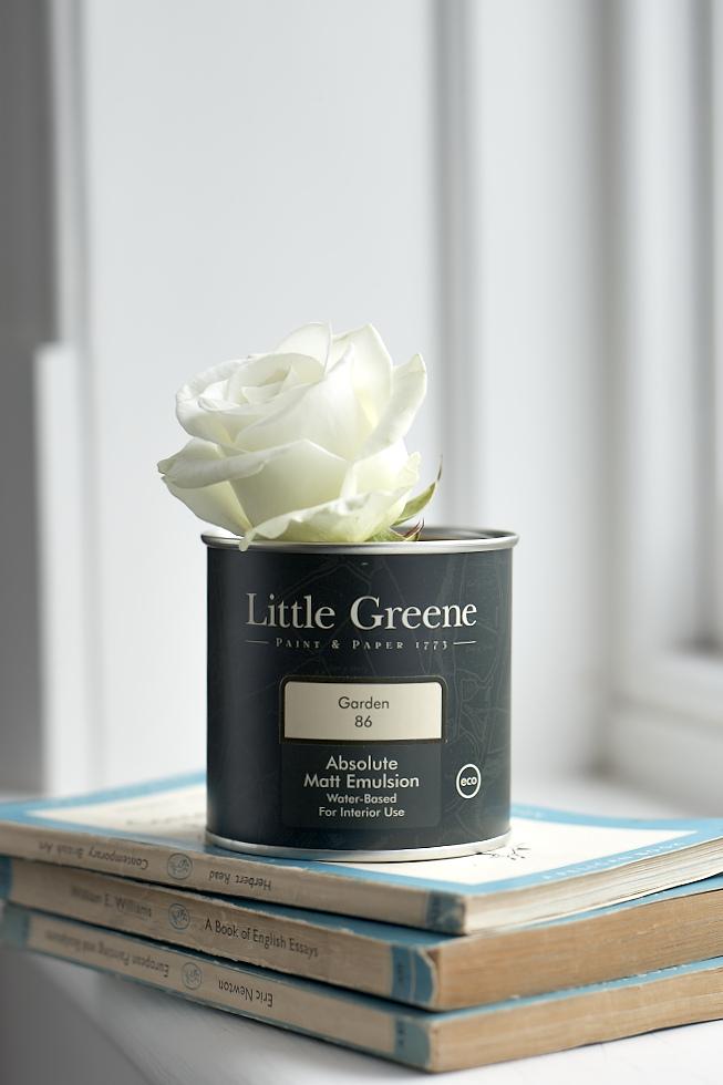 Pot de peinture Little Greene avec une rose blanche
