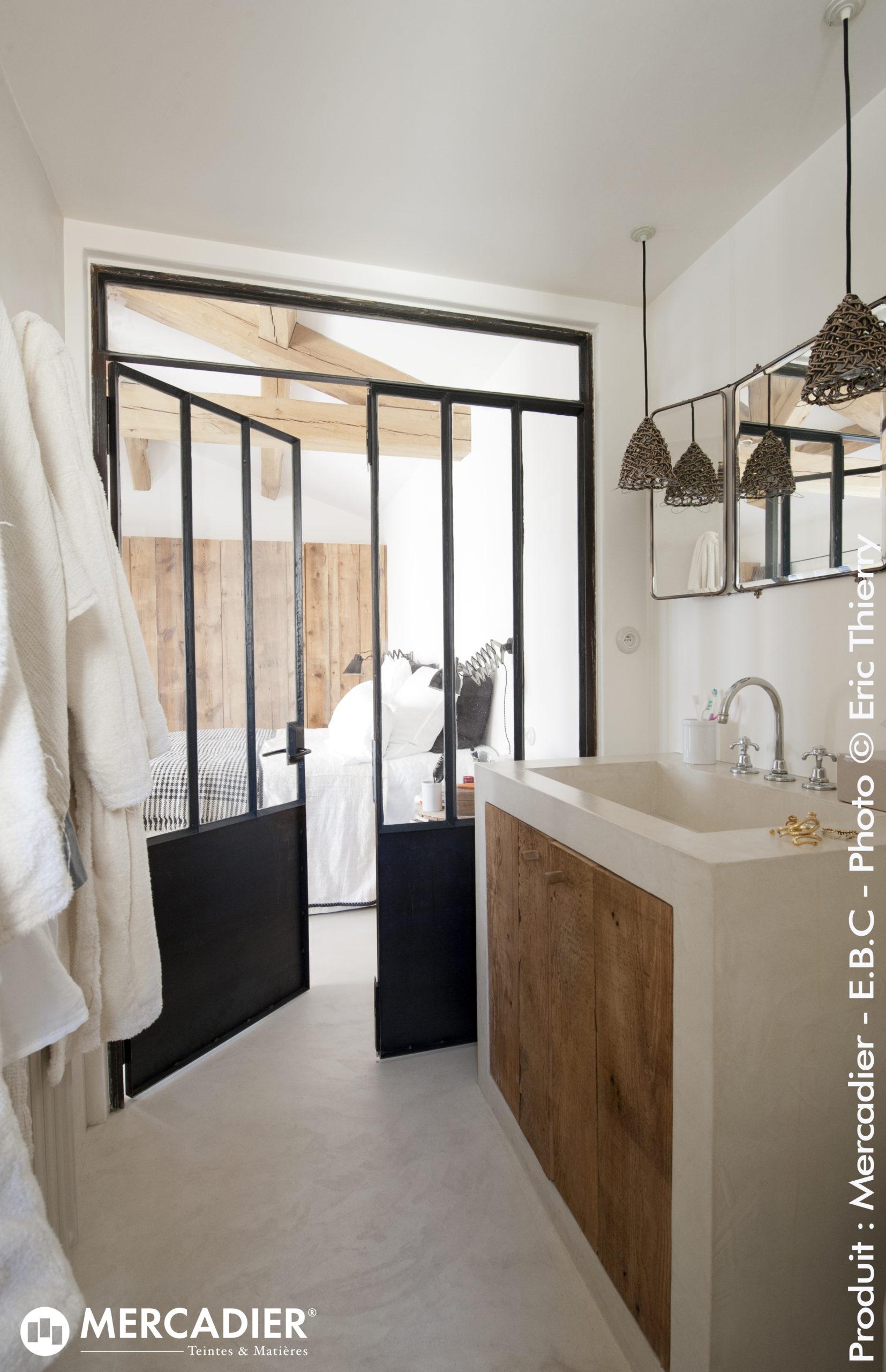 Sol et vasques de salle de bain en béton ciré blanc coco milk