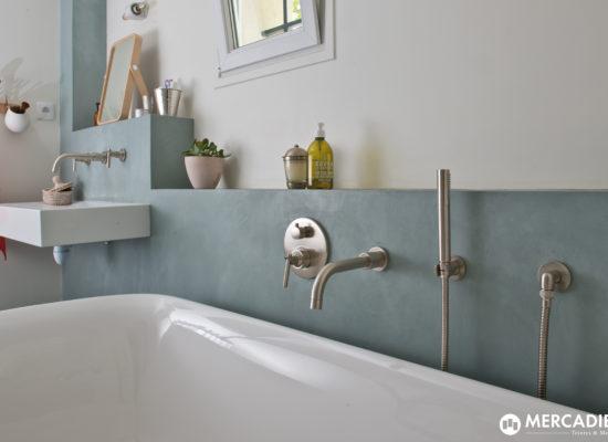 Béton ciré pour habiller son contour de baignoire