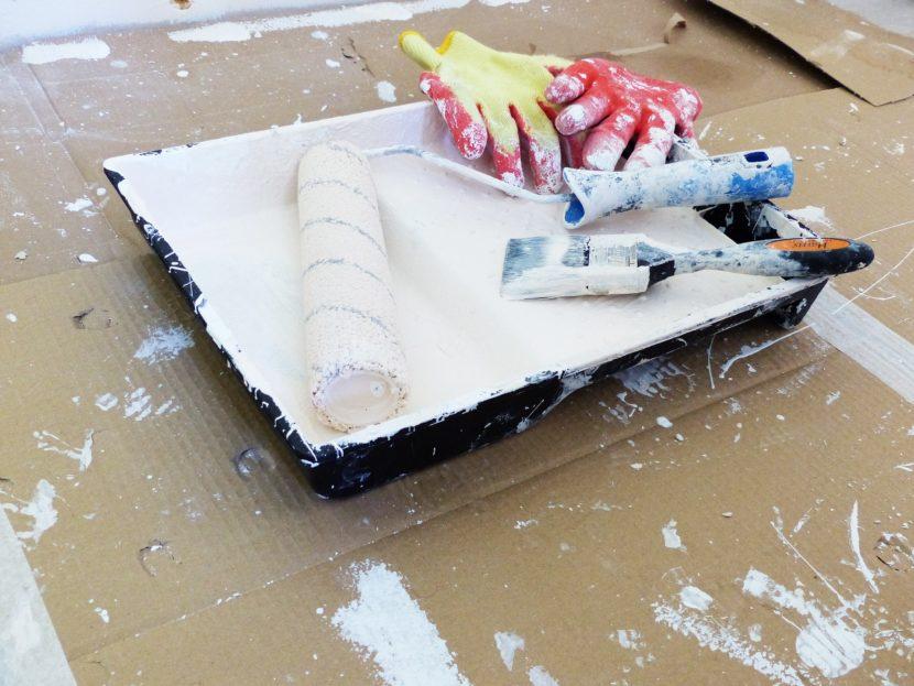 Rouleau de peinture et pinceau